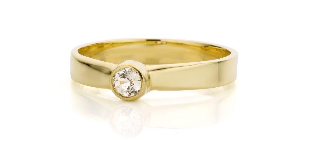 witte saffier in geel gouden ring